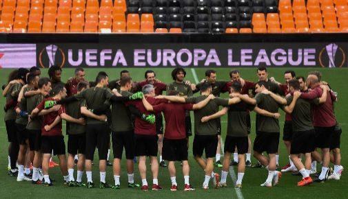 Los jugadores del Arsenal, abrazados junto a Emery, en el centro del campo de Mestalla durante el último entrenamiento.