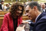María Jesús Montero y Pedro Sánchez conversan tras una de las últimas sesiones de esta legislatura.