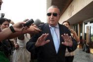 El expresidente, Carlos Fabra, en las puertas de la Ciudad de la Justicia en una comparecencia anterior.