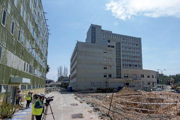 Los periodistas toman imágenes, durante el recorrido de las obras.