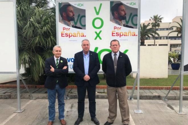 La plana mayor de Vox Melilla posa ante sus carteles electorales.