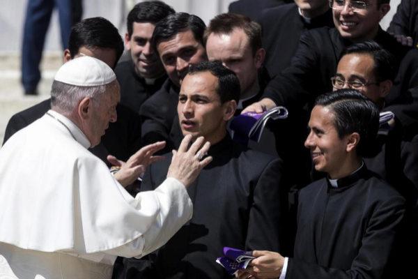 El Papa conversa con varios sacerdotes durante una audiencia general.