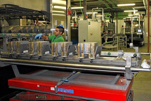 Un operario en la cadena de producción de obleas de silicio de la leonesa DC Wafers.