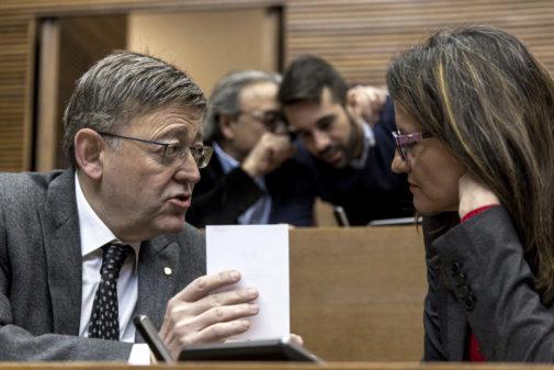 Ximo Puig y Mónica Oltra, en las Cortes, con Manolo Mata y José Muñoz.