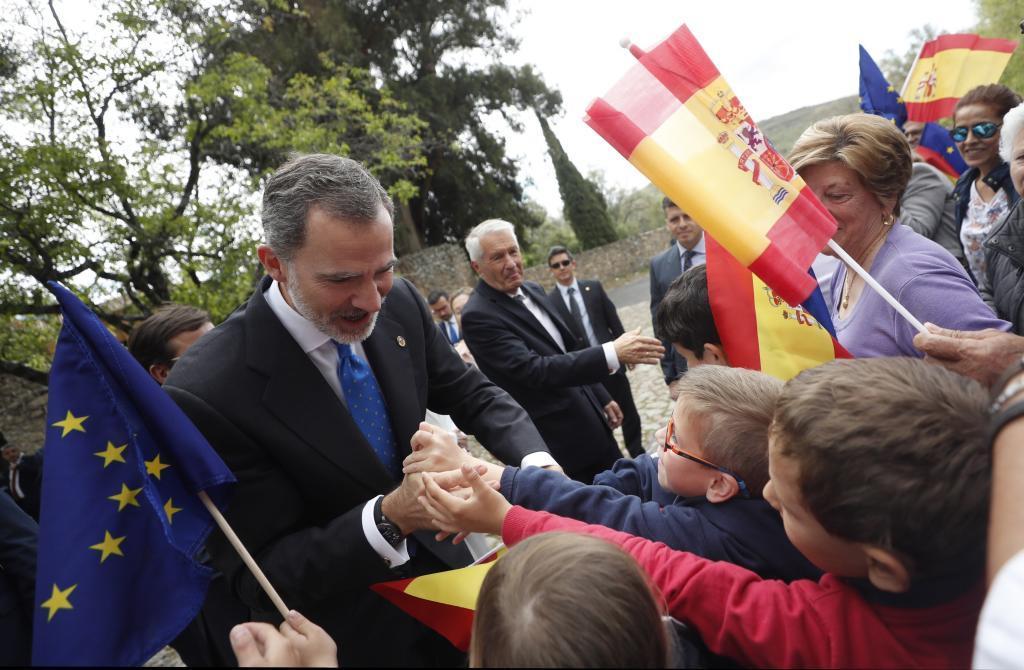 Felipe VI saluda a un grupo de niños a su llegada al monasterio de Yuste para presidir la ceremonia de entrega del Premio Europeo Carlos V.
