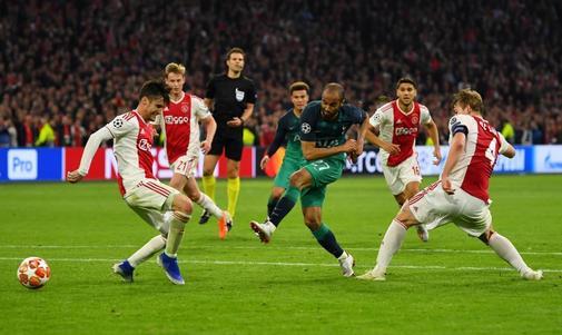 Moura, en el momento del gol en el descuento que clasificó al Tottenham.