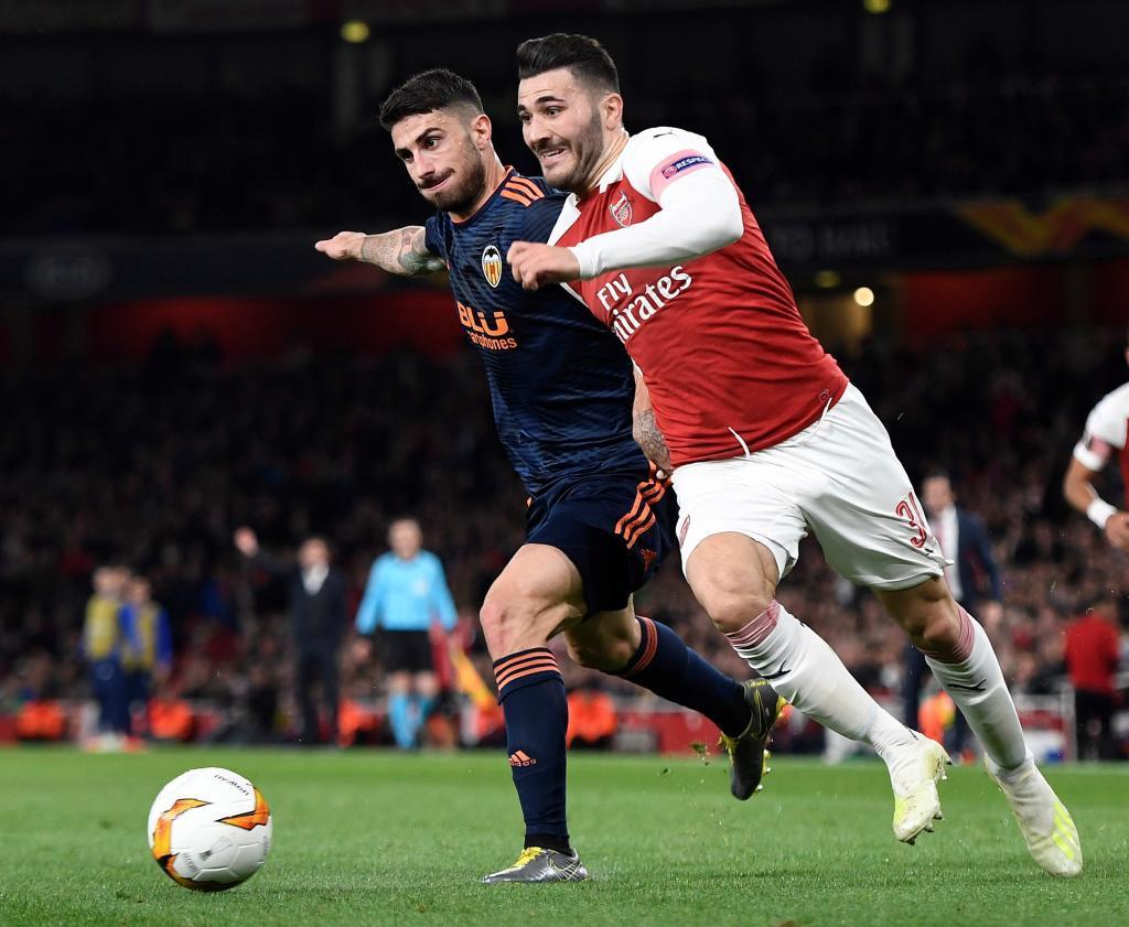 Sead Kolasinac (d) del Arsenal disputa un balón ante Cristiano Piccini (i) del Valencia  en la ida de Europa League