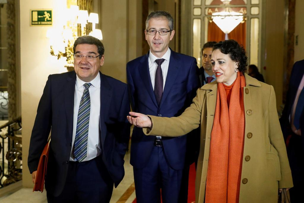 El presidente de la AIReF, José Luis Escrivá, acompañado por el gobernador del Banco de España, Pablo Hernández de Cos, y la ministra de Trabajo, Magdalena Valerio