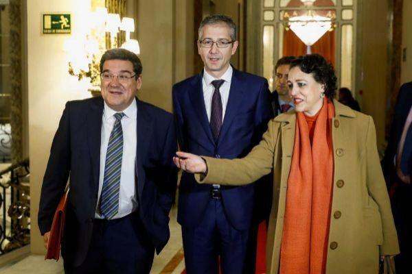 El presidente de AIReF, J. L. Escriva (izquierda), el gobernador de Banco de España, P. Hernández de Cos, y la ministra de Trabajo, M. Valerio, el pasado enero.
