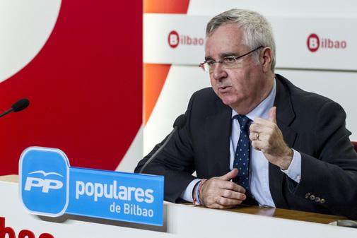 El portavoz del PP en Bilbao Luis Eguiluz durante una comparecencia ante los medios de comunicación.