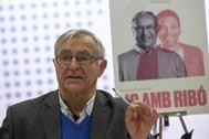 El alcalde de Valencia, Joan Ribó, junto al cartel de su campaña.