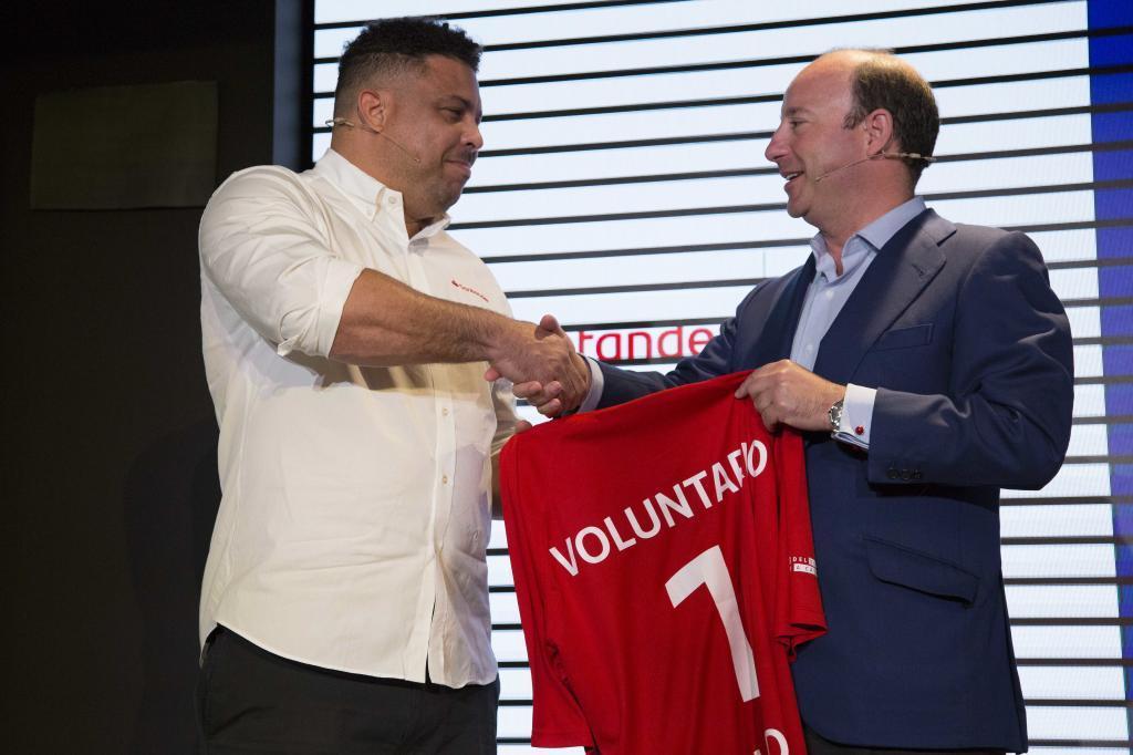 Ronaldo Nazario y Manuel Cendoya, vicepresidente del Santander.