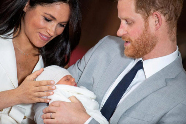 Meghan Markle y el príncipe Enrique con su bebé recién nacido Archie.