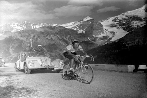 Coppi, en el ascenso a Stelvio, en el Giro de 1953.