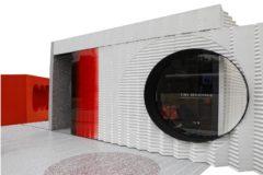La TINY[BAU]HAUS se instaló ayer delante del Pabellón Mies van der Rohe.
