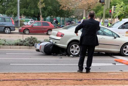 La moto ha quedado empotrada debajo del vehículo.