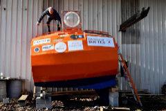 Jean-Jacques Savin, de 71 años, fabricó él mismo su precaria embarcación.