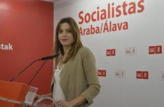 La candidata del PSE-EE al Ayuntamiento de Bilbao Maider Etxebarria ante los medios.
