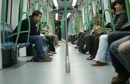Unos viajeros, en el metro de Madrid.