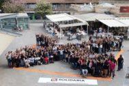Personas animan a marcar la 'X solidaria' en la Plaza de las Flores de Alicante