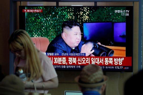 JHK01. SEÚL (<HIT>COREA</HIT> DEL SUR).- Varios surcoreanos siguen por televisión el lanzamiento de una serie de proyectiles no identificados desde <HIT>Corea</HIT> del Norte, en la Estación de Seúl (<HIT>Corea</HIT> del Sur), este jueves. <HIT>Corea</HIT> del Norte ha disparado una serie de proyectiles no identificados apenas cuatro días después de realizar otro lanzamiento, según informó el Estado Mayor Conjunto surcoreano (JCS).