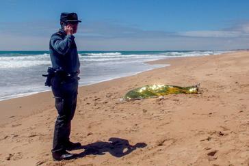 Hallado el cuerpo de un menor en la playa de El Palmar tras el naufragio de una patera