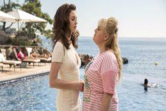 Josephine (Anne Hathaway), cara a cara com Penny (Rebel Wilson), su compañera de fechorías