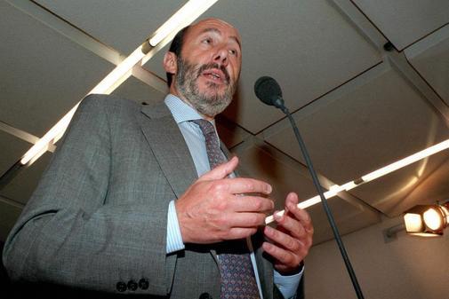 Alfredo Pérez Rubalcaba, durante la rueda de prensa tras conocerse la...