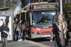Varios pasajeros suben a un autobús de la EMT en Valencia.