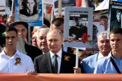 El presidente ruso, Vladimir Putin, sostiene la imagen de su bisabuelo.