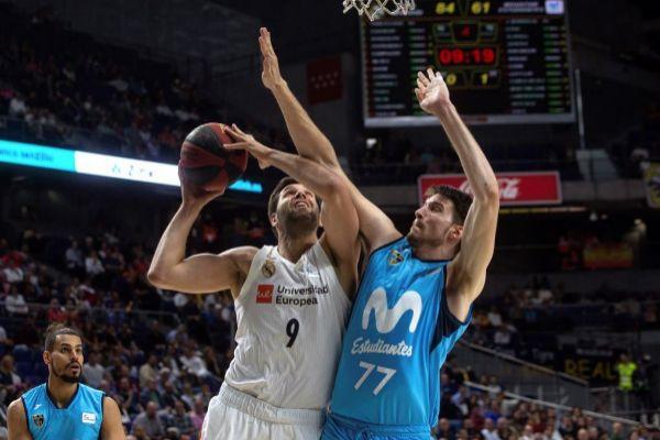 GRAF7472. <HIT>MADRID</HIT>.- El pívot del <HIT>Real</HIT> <HIT>Madrid</HIT> Felipe Reyes (c) trata de entrar a canasta ante Arteaga (d), de Estudiantes, durante el partido de la Liga ACB de <HIT>baloncesto</HIT> disputado esta noche en el Wizink Center, en <HIT>Madrid</HIT>.