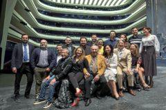 El director artístico del Palau de Les Arts, Jesús Iglesias Noriega (segundo por la izquierda) posa junto a parte del equipo artístico y técnico de 'Rigoletto'.