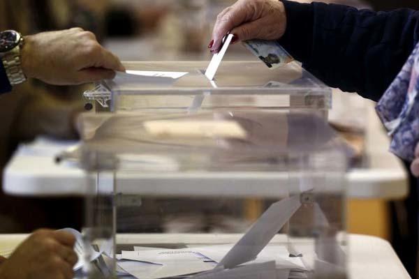 Una ciudadana introduce su voto en una urna.