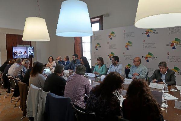 Los miembros de la Comisión de Impulso del Turismo Sostenible reunidos ayer en Palma antes de la votación.