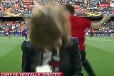 La periodista en el momento de recibir el tremendo pelotazo.