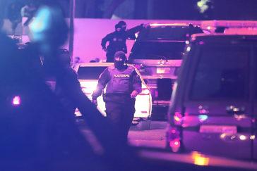 Agentes del Sebin montan un operativo para detener a Edgar Zambrano dentro de su vehículo, junto a la sede de Acción Democrática en Caracas.