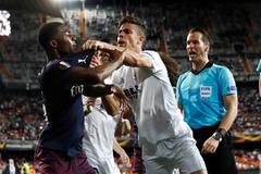 Gabriel Paulista pelea con Ainsley Maitland-Niles en los instantes finales del partido de ayer en Mestalla.