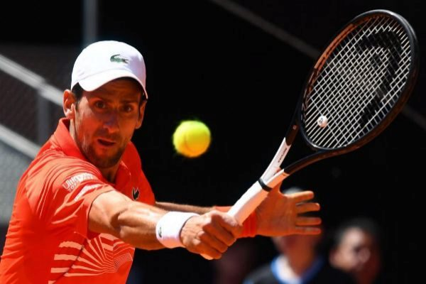 Djokovic golpea una volea de revés en su partido ante Chardy.