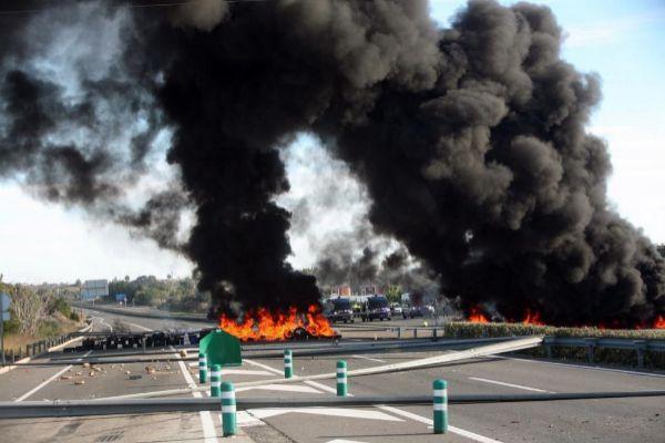 Neumáticos en la AP-7  a la altura de L'Ampolla (Tarragona) por una acción de los CDR