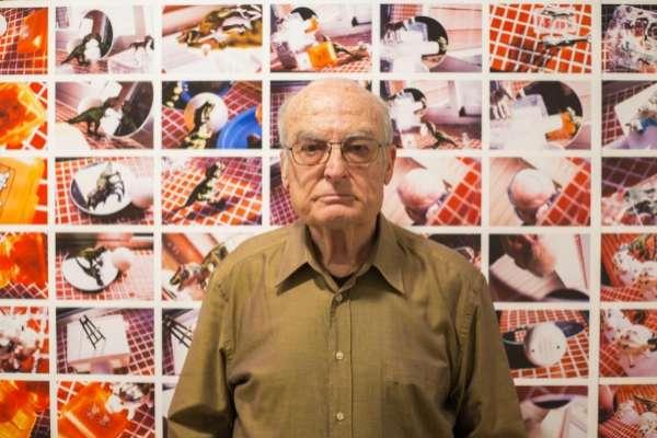 El artista sevillano Luis Gordillo ante una de sus últimas obras.