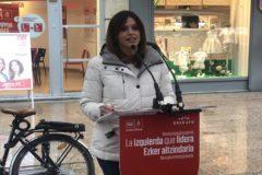 La candidata socialista en un acto en el centro de Vitoria.