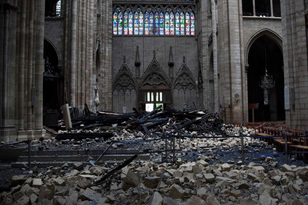 El interior de Notre Dame un día después del incendio.