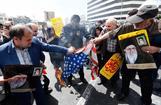 Manifestantes iraníes queman banderas de EEUU en una protesta en Teherán.