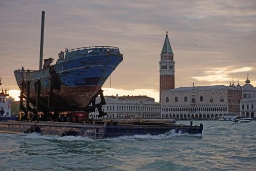 Llegada de la obra del artista Christoph Bucher, 'Barca nostra', el barco en el que murieron unos 800 inmigrantes en el Mar Mediterráneo en 2015.