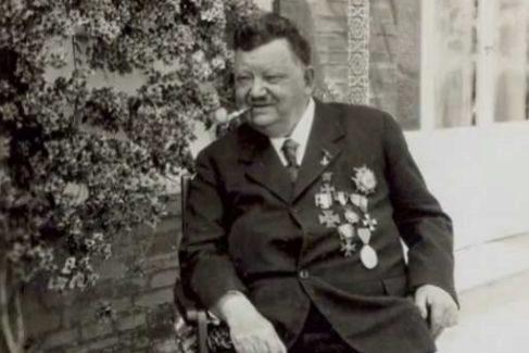 Otto, en su casa sevillana, cargado de medallas como la de Isabel La Católica.