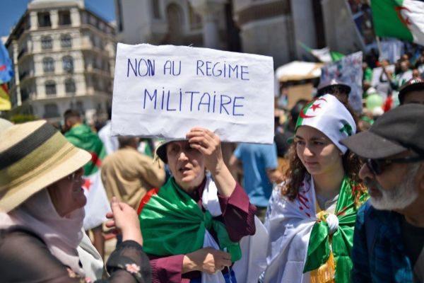 Mujeres argelinas con una pancarta contra el régimen militar, este viernes en Argel.