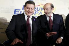 Emiliano García-Page y Alfredo Pérez Rubalcaba, durante un desayuno informativo de Fórum Europa en 2015