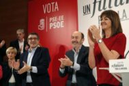 Rubalcaba en un acto de las elecciones de 2015 entre López y Mendia.