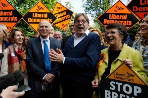 Vince Cable, y el líder del Grupo de la Alianza de los Liberales y Demócratas por Europa, Guy Verhofstadt, en el acto electoral de este viernes.