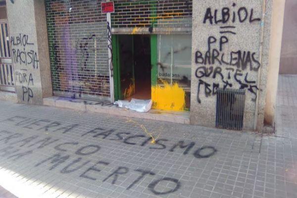 Pintadas contra Albiol en la sede electoral del PP en Badalona